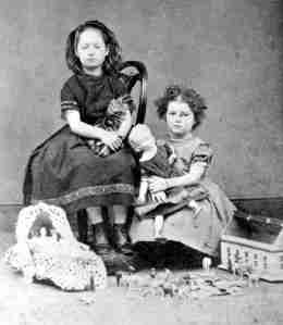 Two girls from Victorian times. Source: http://schoolworkhelper.net/raising-children-in-the-victorian-times/
