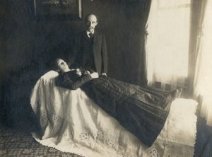 A Victorian post-mortem portrait. Source: here.