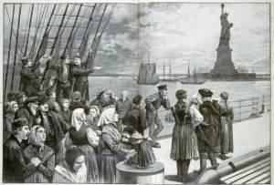 Inmigrantes observan la Estatua de la Libertad.