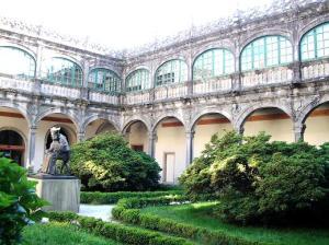 Patio de Fonseca, cuyas baldosas Salustiano perforó para plantar árboles y arbustos, durante un periodo de demencia.